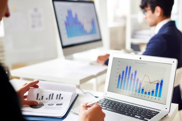personas observando las características de los mercados financieros