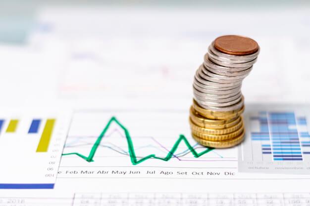 análisis financiero con monedas sobre él