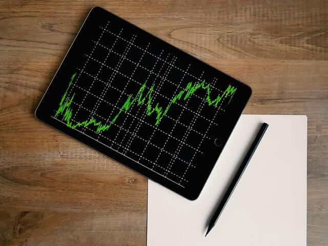 tablet con gráfico del mercado