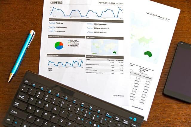 teclado con documentos de análisis financiero